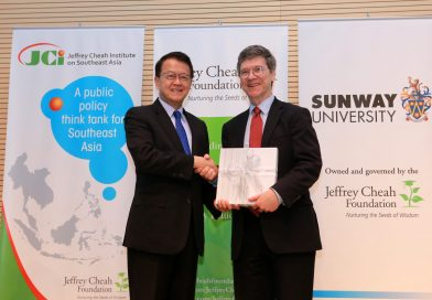 Photo of Jeffrey Cheah and Jeffrey Sachs Shaking Hands